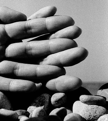 bill-brandt-interlaced-fingers-los-angeles-beach-1959